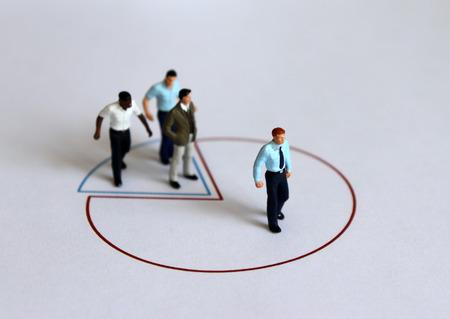 Personnes miniatures debout sur un graphique circulaire.