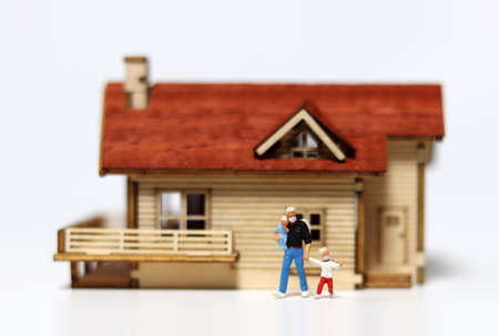 A family miniature that comes out of the house wearing a mask. A concept that encourages you to wear a mask when you go out.