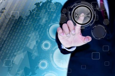 �cran tactile: main de l'homme d'affaires appuyant sur un bouton sur une interface � �cran tactile