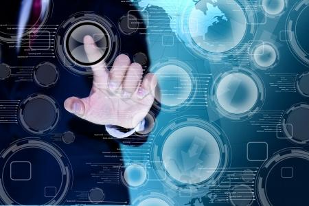 hombre empujando: mano de hombre de negocios que empuja un bot�n en una interfaz de pantalla t�ctil