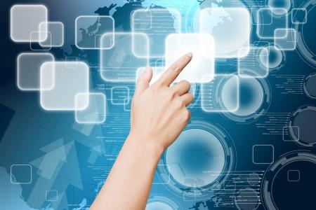 klik: Hand van vrouwen duwen knop op touch screen
