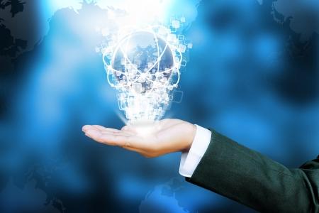 la main de la femme d'affaires poussant monde et un bouton sur une interface à écran tactile Banque d'images