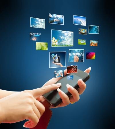 celulas humanas: mujeres mano t�ctil del tel�fono inteligente en la mano sobre fondo blanco