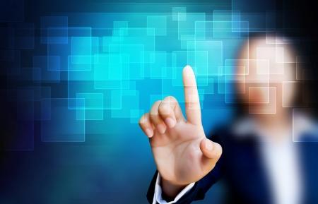�cran tactile: la main de la femme d'affaires poussant un bouton sur une interface � �cran tactile