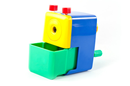 hand crank: Mec�nico sacapuntas Girar con la mano verde amarillo azul aislado sobre fondo blanco Foto de archivo