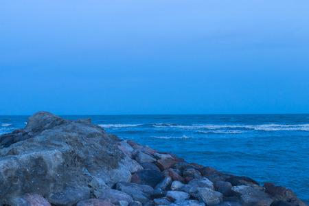 playas tropicales: Las olas del mar que tocan la noche playa de arena Foto de archivo