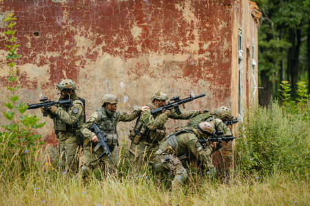 team of soldiers to attack the enemy from behind cover Standard-Bild