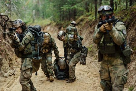 verwundeten Soldaten rettet die militärische Kommando