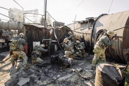 軍の兵士がアサルトライフルを撮影