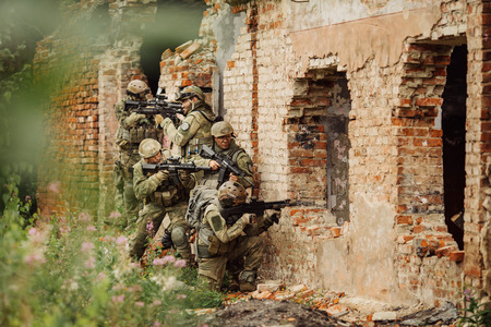 陸軍レンジャーズは、建物を襲撃しました。