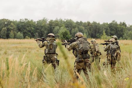 Gruppe von Rangern Durchführung einer Offensive gegen den Feind