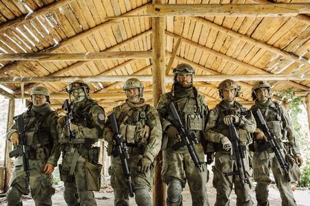 Gruppe von Rangern stehen und schaut in die Kamera