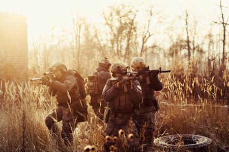 rangers met een geweer gericht op een doel