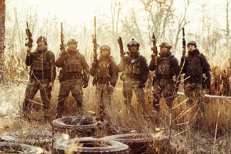 Gruppe von Rangern stehen und schaut in die Kamera Standard-Bild - 36647774