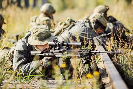 狙撃兵のライフルからターゲットで撮影するレンジャー 写真素材