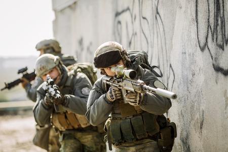 Ranger stürmten das Gebäude vom Feind besetzt Standard-Bild - 37041187