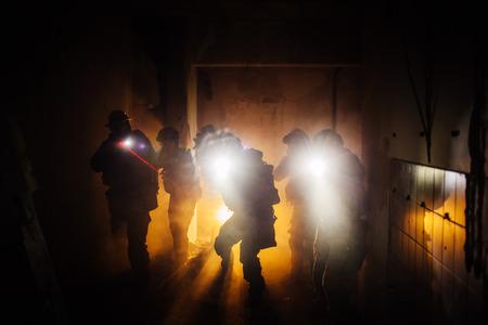 """hombre disparando: Night Ranger operación militar commandShot de una operación militar muy tarde por la noche. Bienes equipo de guardaparques vida tirada en la localización. Desde esta ubicación son la cosa real, y no un disparo en un """"estudio"""", los niveles de ISO altos son a veces necesarias para coger el mome Foto de archivo"""