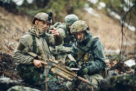 Ranger auf der Außen der Blick auf die Karte Lizenzfreie Bilder