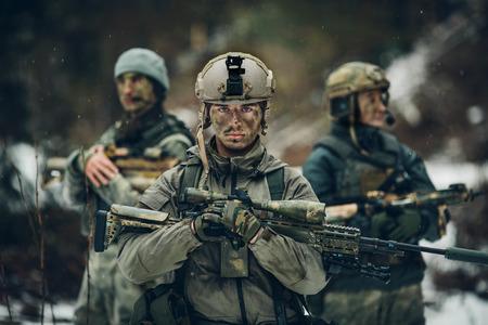 Scharfschützen steht mit Waffen und freut sich Lizenzfreie Bilder