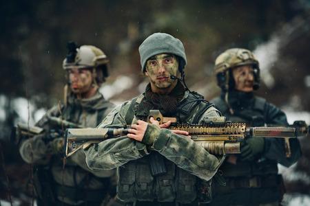 guardia de seguridad: francotirador est� con los brazos y mira hacia adelante