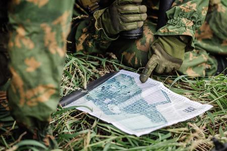 Ranger Kommandant erklärt den Kampfeinsatz und zeigt auf einer Papierkarte
