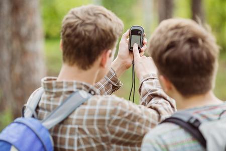 2 つの若い観光客決定路線図とナビゲーター