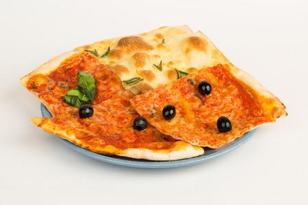 sehr leckere Pizza mit Speck, Käse, schwarzen Oliven auf einem Teller