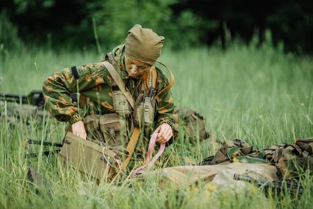 weibliche Militärarzt, um die Verwundeten zu helfen, Lizenzfreie Bilder