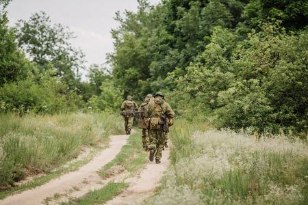 Gruppe von Soldaten russische Spezialeinheiten während der Razzia im Wald Lizenzfreie Bilder