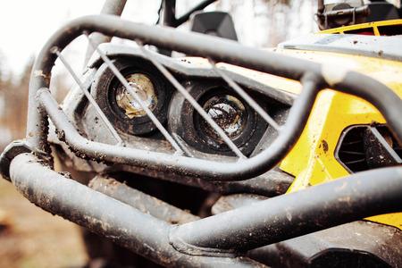 森の中で汚れたレンズのヘッドライト ATV 写真素材