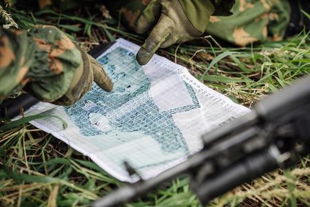 レンジャー司令官戦闘代表団を説明し、紙の地図を指して 写真素材