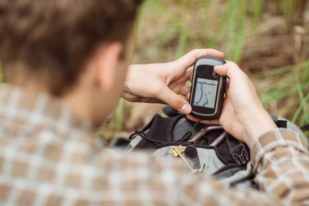 Jungen Touristen in den Wäldern bestimmt Position mit Hilfe von GPS Standard-Bild - 42659034