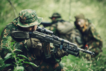 Russian team of soldiers engaged in the exploration of the forest Standard-Bild