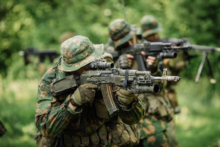 フォレスト内の raid の間のロシアの特殊部隊の兵士のグループ 写真素材