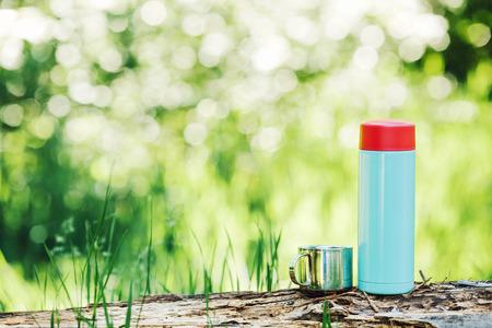 Wasserflasche auf Holz mit Sommerszene Hintergrund