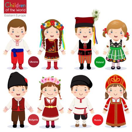 traje: As crianças em diferentes trajes tradicionais Ucrânia, Polónia, Bulgária, Rússia