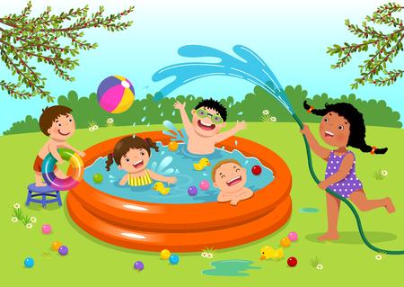 Niños alegres jugando en la piscina inflable en el patio trasero