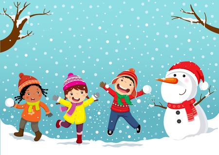 Zimowe zabawy Szczęśliwe dzieci bawiące się na śniegu