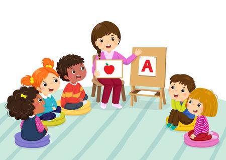 Grupa dzieci w wieku przedszkolnym i nauczyciel siedzi na podłodze. Nauczyciel wyjaśniający alfabet dzieciom