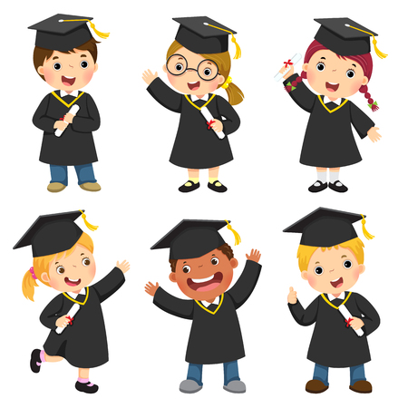 Conjunto de niños en su toga de graduación.