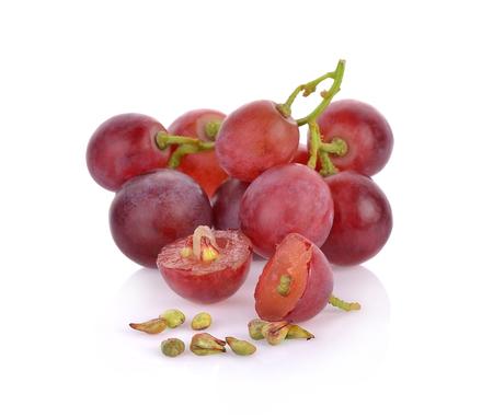 graines de raisin sur fond blanc macro closeup