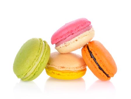 Franse kleurrijke macarons die op een witte achtergrond wordt geïsoleerd Stockfoto