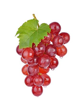 rode druiven met waterdruppels op witte achtergrond. Stockfoto