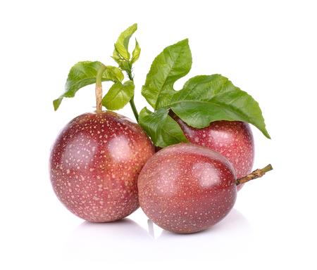 Passie fruit geïsoleerd op een witte achtergrond