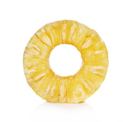 Een besnoeiingsplak van ananasfruit dat op witte achtergrond wordt geïsoleerd