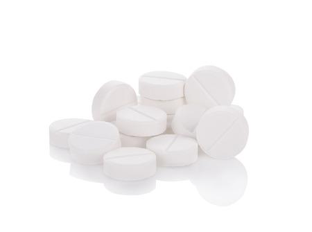 pillen geïsoleerd op de witte achtergrond