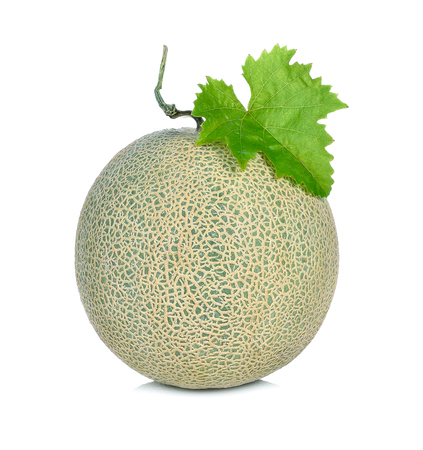 Rijpe kantaloepmeloen op witte achtergrond