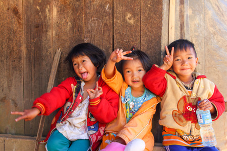 FANG DISTRICT, Chaingmai, THAILAND - 23 januari 2013: Hill Tribe kinderen spelen op Royal Agricultural Station Angkhang.