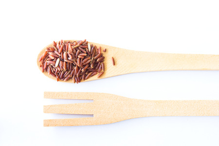 arroz: Orgánica Riceberry Rice (arroz jazmín negro) aislado en blanco