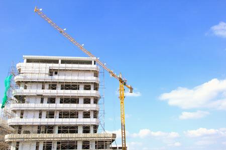Edificio en torre de construcción con la grúa